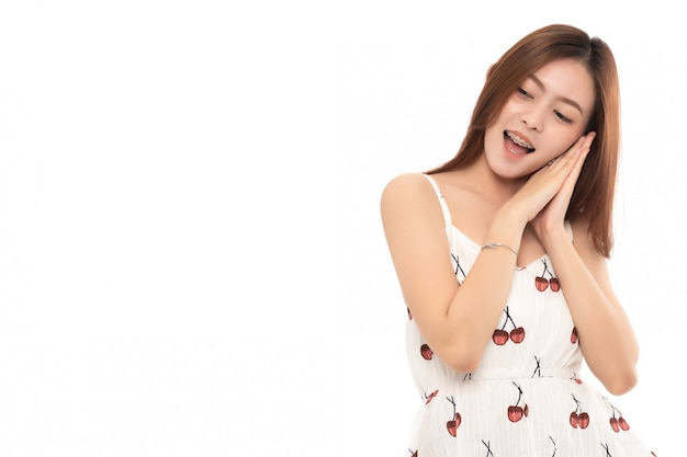 Porträt des glücklichen lächelnden erfolgreichen aufgeregten überraschten geschäfts; asiatisches modell der jungen erwachsenen frau, das auf weiß smilling ist; copyspace.