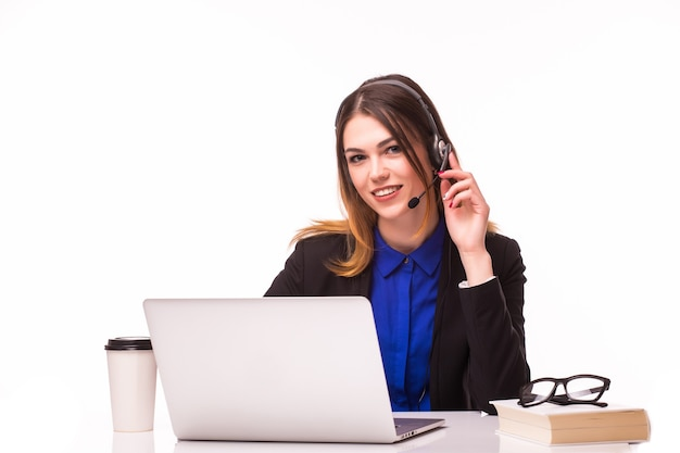 Porträt des glücklichen lächelnden fröhlichen schönen jungen support-telefonisten im headset mit laptop, lokalisiert über weißer wand