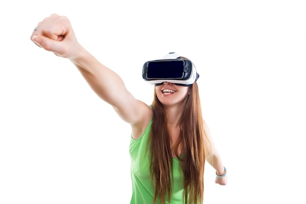 Porträt des glücklichen lächelnden jungen schönen mädchens, das erfahrung unter verwendung der vr-kopfhörergläser der virtuellen realität lokalisiert erhält