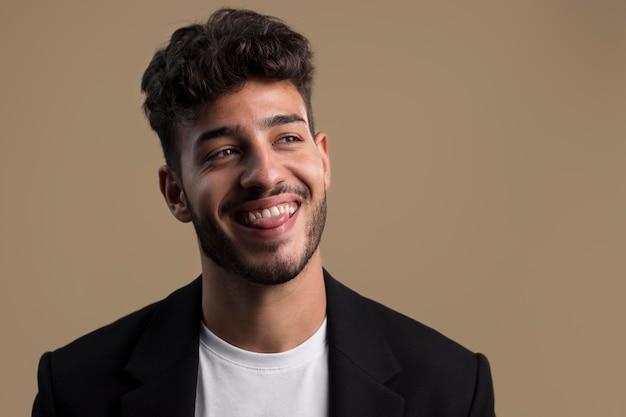 Porträt des glücklichen lächelnden mannes
