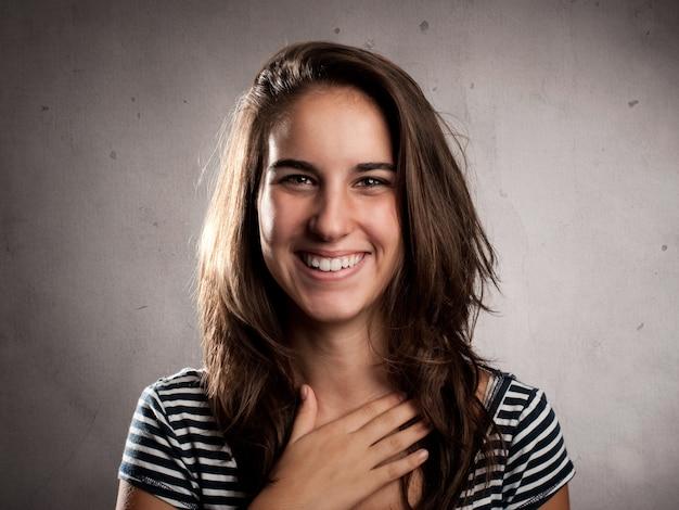 Porträt des glücklichen lächelns der jungen frau