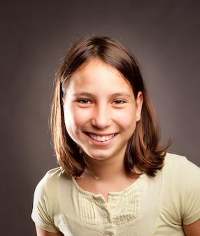 Porträt des glücklichen lächelns des jungen mädchens