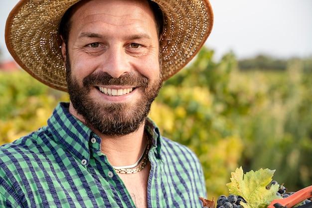 Porträt des glücklichen landwirts auf den feldern
