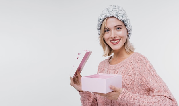 Porträt des glücklichen mädchens eine geschenkbox öffnend