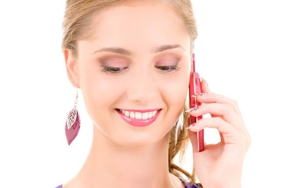 Porträt des glücklichen mädchens mit rosa telefon