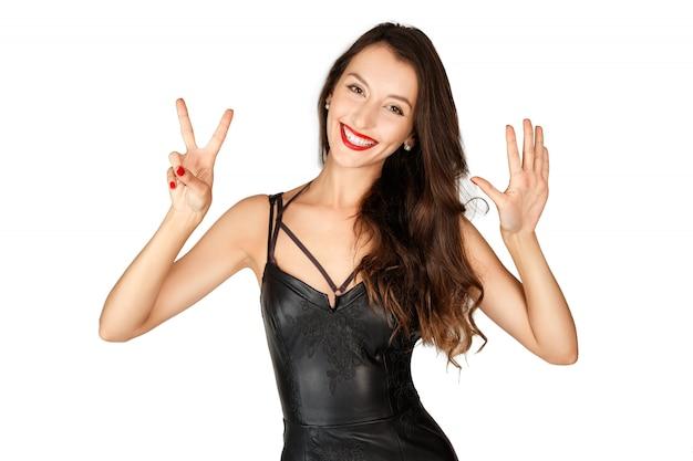 Porträt des glücklichen mädchens nr. fünfundzwanzig mit ihren fingern zeigend