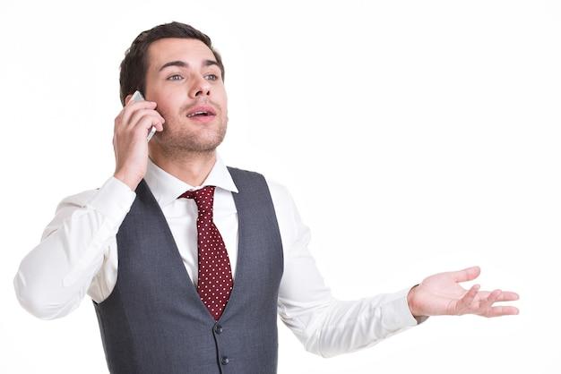 Porträt des glücklichen mannes, der durch handy in lässig anruft. konzeptkommunikation.