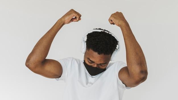 Porträt des glücklichen mannes, der musik auf kopfhörern hört
