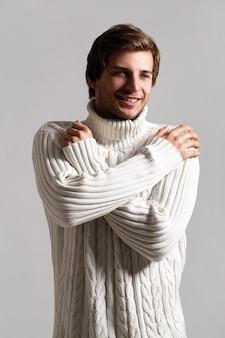 Porträt des glücklichen mannes, der winterkleidung trägt