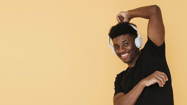 Porträt des glücklichen mannes mit kopfhörern und kopierraum