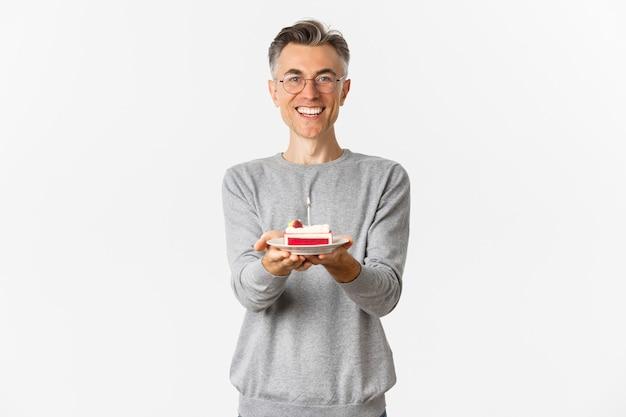 Porträt des glücklichen mannes mittleren alters, der gratuliert und alles gute zum geburtstag wünscht
