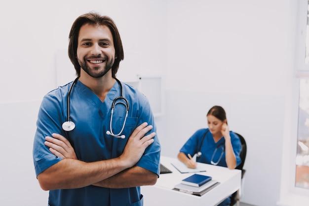 Porträt des glücklichen mediziner-fachmannes des jungen mannes