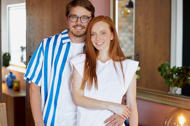 Porträt des glücklichen neuen hausbesitzers schönes paar