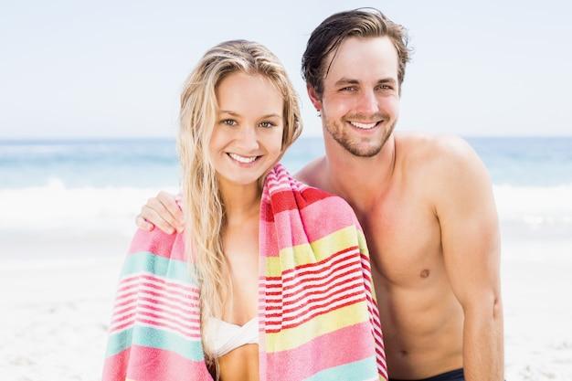 Porträt des glücklichen paares am strand