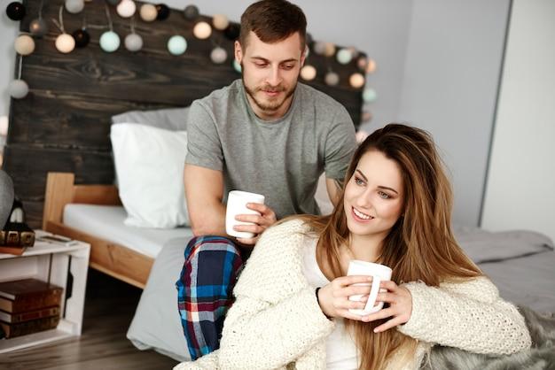 Porträt des glücklichen paares, das kaffee trinkt
