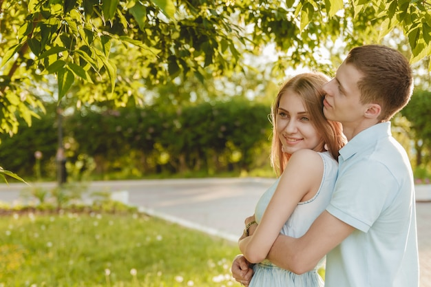 Porträt des glücklichen paars das lachen umarmend