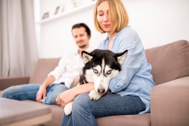 Porträt des glücklichen paars zu hause mit hund