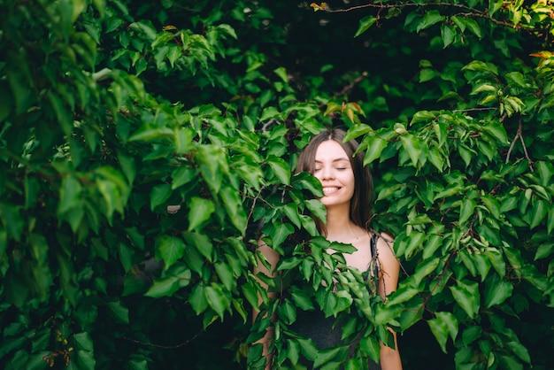 Porträt des glücklichen recht jungen jugendlich mädchens im grün lässt lächelndes gesundes natürliches konzept