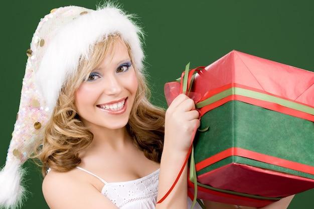 Porträt des glücklichen santa-helfers mit geschenkbox