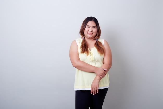 Porträt des glücklichen schönen prallen frauenasiaten