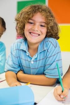 Porträt des glücklichen schülers im klassenzimmer