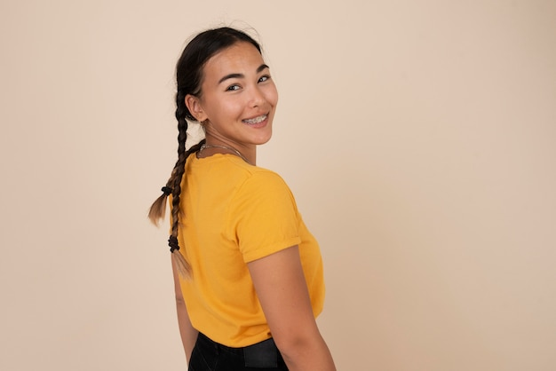Porträt des glücklichen smiley-teenager-mädchens