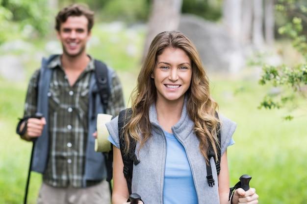 Porträt des glücklichen weiblichen wanderers