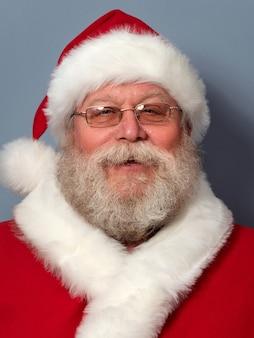 Porträt des glücklichen weihnachtsmannes.