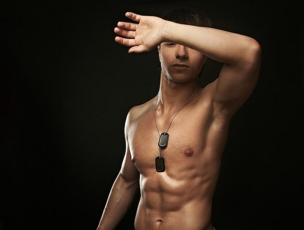 Porträt des groben muskulösen jungen sexy mannes