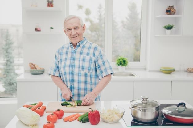 Porträt des großvaters, der kocht