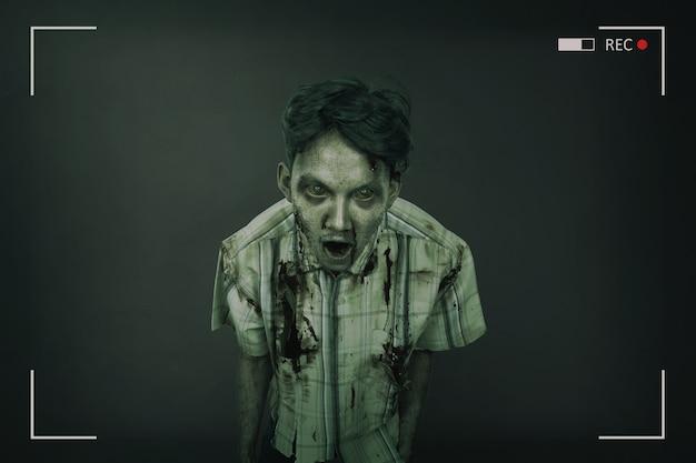 Porträt des gruseligen und blutigen asiatischen zombiemannes