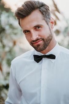 Porträt des gutaussehenden bräutigams bei seiner strandhochzeit