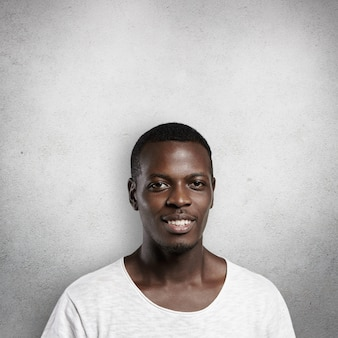 Porträt des gutaussehenden gutaussehenden afrikanischen mannes mit erfreutem ausdruck.