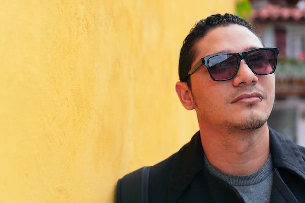 Porträt des gutaussehenden lateinischen mannes des hippies, der weg schaut. lifestyle-konzept