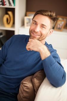 Porträt des gutaussehenden mannes auf sofa