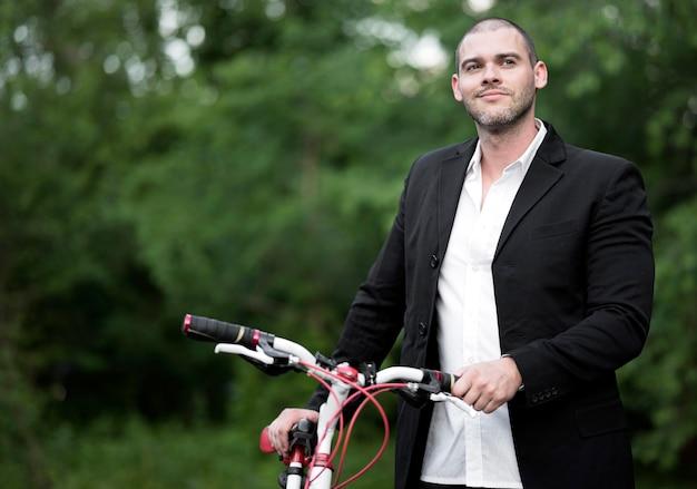 Porträt des gutaussehenden mannes, der bereit ist, fahrrad zu fahren