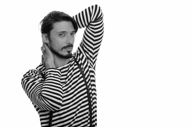 Porträt des gutaussehenden mannes, der in schwarzweiss erschossen wird Premium Fotos