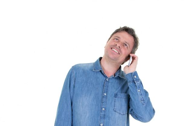 Porträt des gutaussehenden mannes, der sein mobile oben schaut kopienraum verwendet