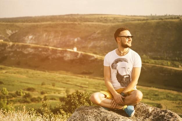 Porträt des gutaussehenden mannes draußen mit einem retro- weinlese instagram fi
