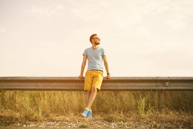 Porträt des gutaussehenden mannes draußen mit einem retro- weinlese instagram filter