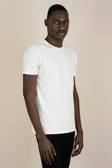 Porträt des gutaussehenden mannes in einem t-shirt