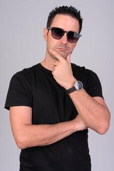 Porträt des gutaussehenden mannes mit sonnenbrille auf weiß
