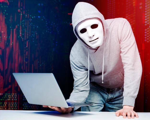 Porträt des hackers mit maske