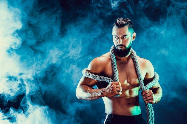 Porträt des hemdlosen bodybuilders. muskulöser mann, der im studio aufwirft.