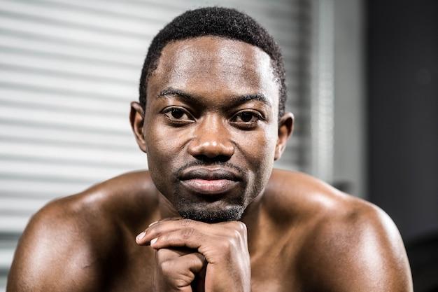 Porträt des hemdlosen muskulösen mannes an der crossfit turnhalle