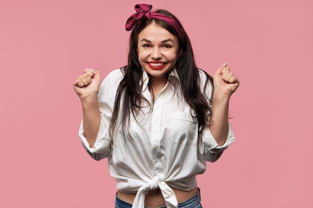 Porträt des herrlichen pin-up-mädchens, das weißes hemd und rotes kopftuch trägt