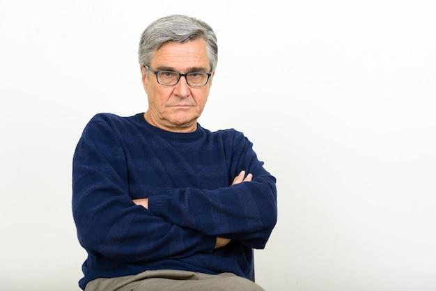 Porträt des hübschen älteren mannes mit brille
