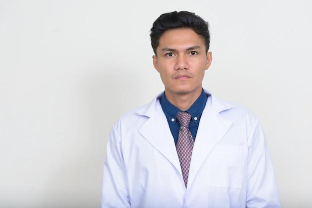 Porträt des hübschen asiatischen mannarztes