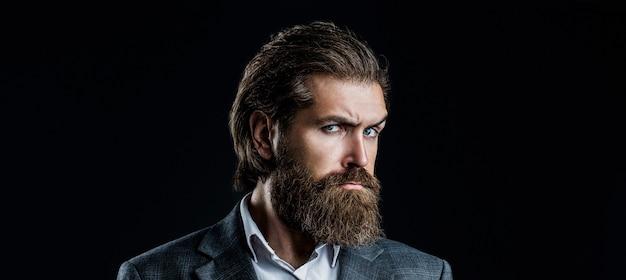 Porträt des hübschen bärtigen mannes im anzug. männlicher bart und schnurrbart. sexy mann, brutaler macho, hipster. eleganter gutaussehender mann im anzug.