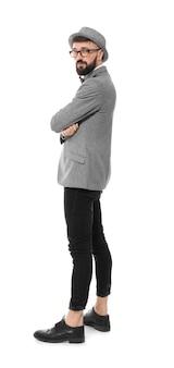 Porträt des hübschen hipsters im stilvollen outfit auf weißem hintergrund